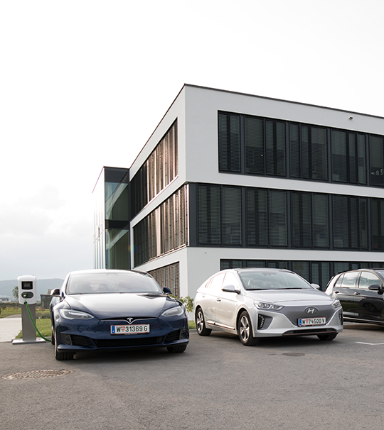 Elektroautos vor Immobilie
