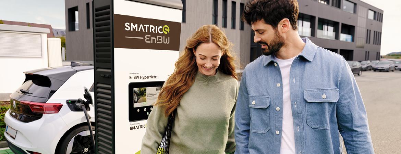 Mann und Frau vor SMATRICS EnBW Ultra-Schnellladestation