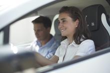 Mann und Frau im Elektroauto