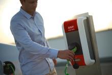 Mann lädt Elektroauto an ORF Ladesäule
