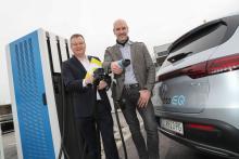 Dr. Michael-Viktor Fischer (SMATRICS CEO) mit Wolfgang Bremm von Kleinsorgen (CEO Mercedes Benz Österreich) vor E-Ladestation
